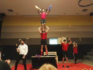 Die Zirkusgruppe bei der Aufführung im Ulrichsgymnasium Norden.