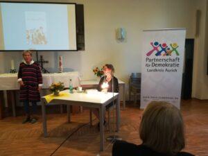 Sandra Lüpke im schönen Saal der Gemeinde Ludgeri.